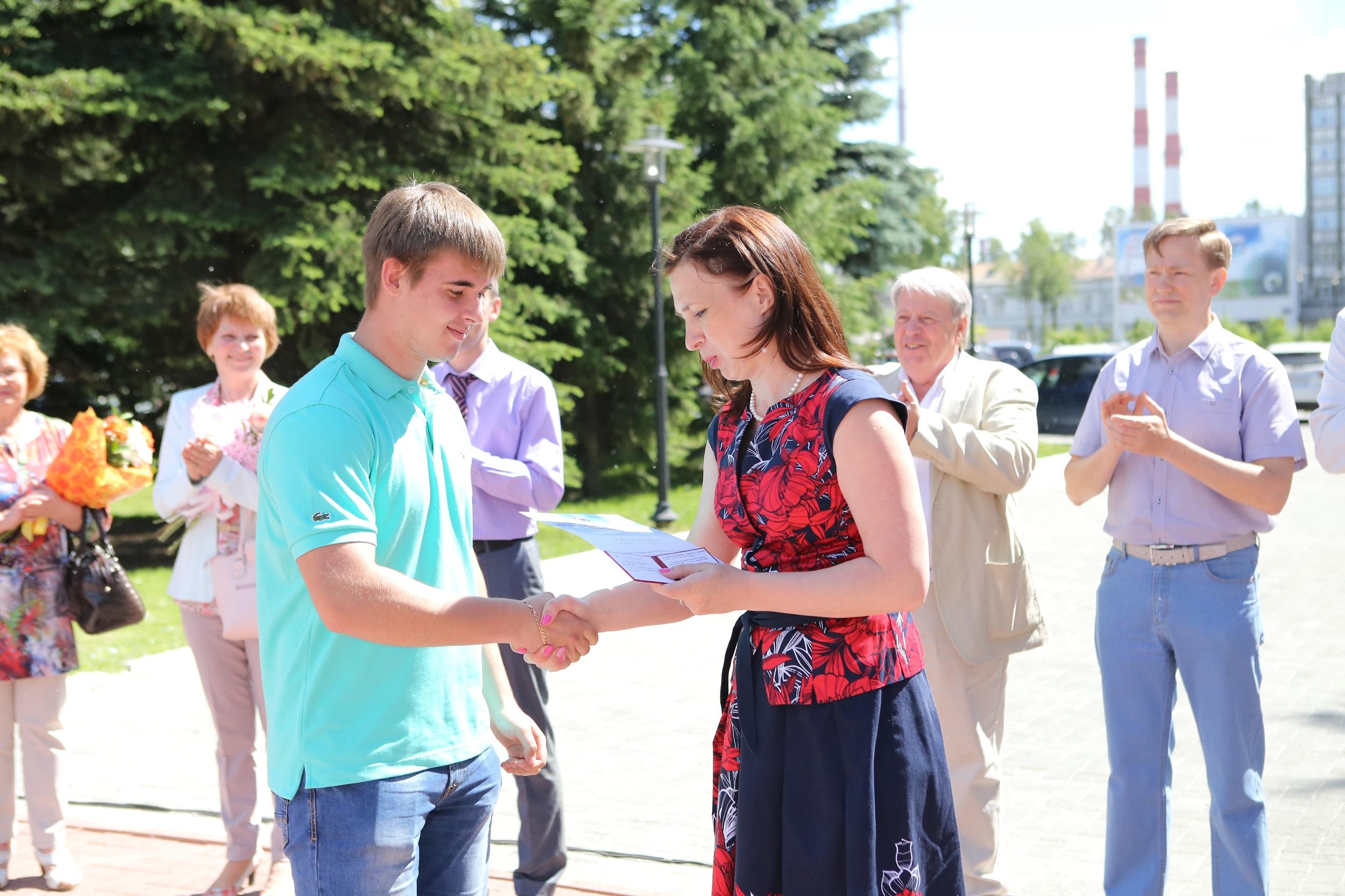 Ольга Красавина вручает свидетельства дуальщикам.JPG